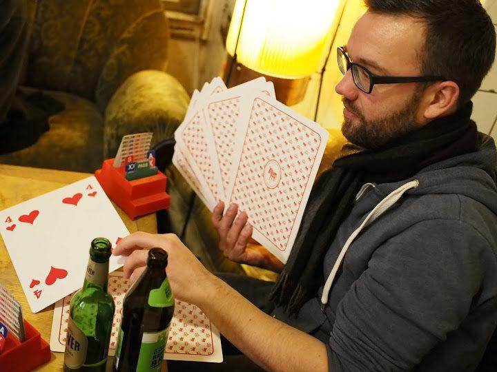Bridge spielen mit Riesenkarten